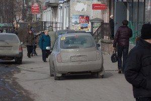 На фото - движение по тротуару, echomsk.spb.ru