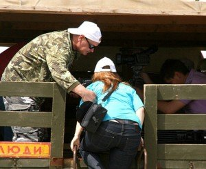 На фото - правильная перевозка людей в кузове, ljpoisk.ru