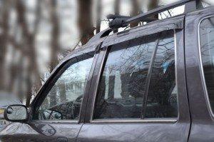 На фото - дефлекторы на двери автомобиля, mirdopov.ru