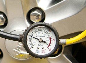 На фото - единицы измерения давления в шинах, klaxon.ru