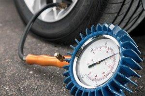 На фото - проверка давления в шинах, autocentre.ua