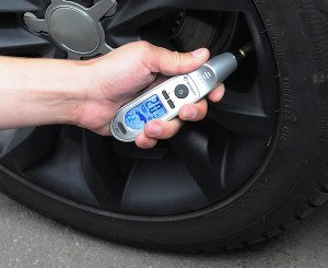 Фото - как проверить давление в шинах, ford-master.ru