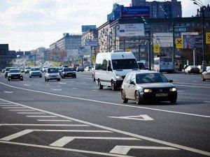 На фото - полоса для общественного транспорта отделенная прямой линией, auto.vesti.ru