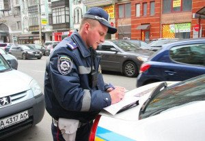 На фото - штраф за движение по полосе общественного транспорта, autocentre.ua