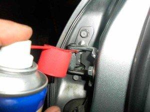 На фото - как устранить скрип дверей автомобиля, drive2.ru