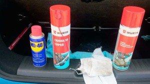 На фото - смазка для петель дверей автомобиля, drive2.ru
