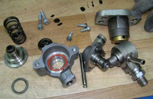 На фото - разбор и ремонт топливного насоса высокого давления, bvy.su
