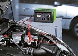 На фото - зарядка автомобильного аккумулятора постоянным током, avtobazar.infocar.ua