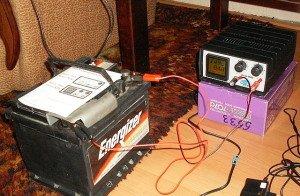 На фото - как заряжать необслуживаемый автомобильный аккумулятор, avtomasta.ru