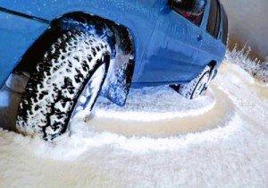На фото - внедорожник с зимними шинами, zuljin.ru