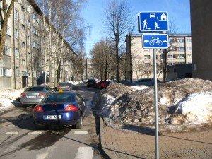 На фото - движение автомобилей в жилой зоне, andrjuha.com
