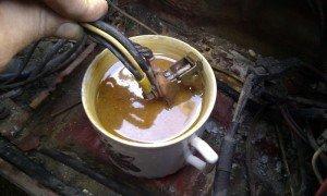 Фото погружения клемм в раствор с содой, io.ua