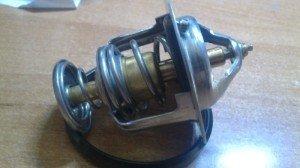 На фото - термостат автомобиля с двумя клапанами, drive2.ru
