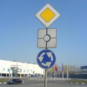 На фото - повороты и рядность на круговом перекрестке, spokoino.ru