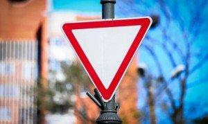 На фото - знак уступи дорогу, autoass.ru