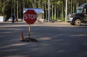 """Фото знака """"Проезд без остановки запрещен"""", akpspb.ru"""