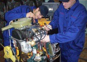 На фото - работа автомехаников, news.ngs.ru