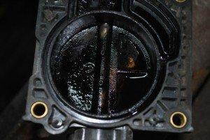 Фото загрязненной дроссельной заслонки, carbonus.ru