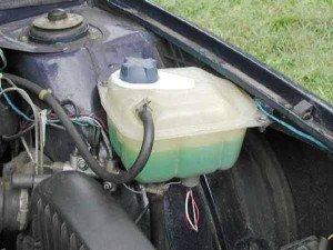 На фото - расширительный бачок автомобиля, ahlen-auto.narod.ru