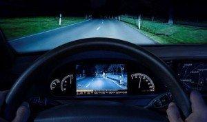 На фото - фары освещают дорогу, r93.ru
