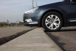На фото - низкий клиренс автомобиля, rus-auto.net
