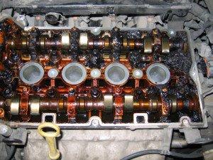 На фото - закоксованность систем автомобильного двигателя, opel-parts.ru