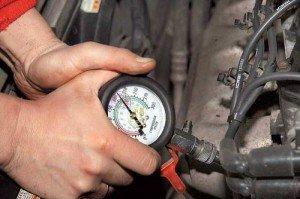 Фото измерения компрессии мотора автомобиля, sanekua.ru