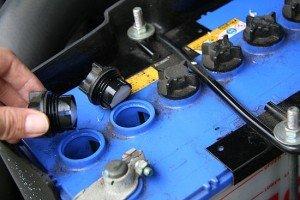 На фото - осмотр уровня электролита аккумулятора авто, ford-master.ru