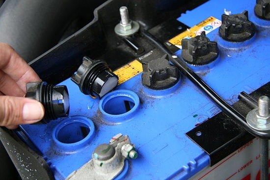 Обслуживание аккумулятора автомобиля уровень электролита