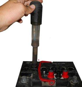 Фото выкачивания грушей излишка электролита в аккумуляторе, dilagra.ru