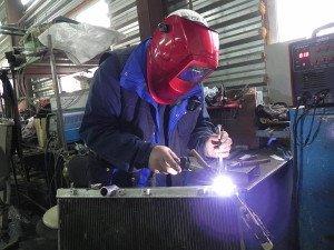 На фото - ремонт радиатора автокондиционера, autoservis74.ru