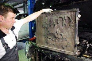 Фото загрязненного радиатора кондиционера автомобиля, blamper.ru