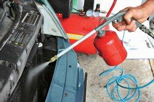 На фото - очистка радиатора кондиционера автомобиля, autocentre.ua