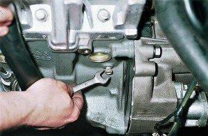 На фото - демонтаж радиаторной сливной пробки, procar.pp.ru