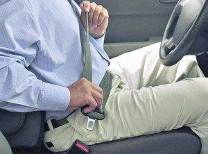 На фото - пристегивание ремнем безопасности, autosite.ua