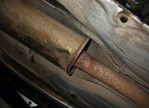 На фото - поврежденный глушитель автомобиля, forumchik.net