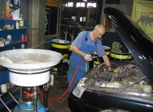 На фото - вакуумная замена масла в двигателе, vector-center.ru