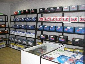 На фото - выбор качественного аккумулятора авто, uarating.com