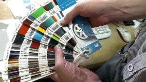 На фото - выбор цвета краски для дисков авто, avtoservice-noginsk.ru