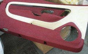 На фото - оклейка пластиковой детали двери авто кожей, bosscar.ru