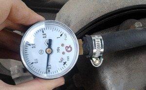 На фото - проверка давления в топливной системе ВАЗ 2114 манометром, asonline.ru