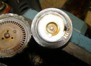 На фото - ремонт электрического топливного насоса автомобиля, moi-nissan.ru