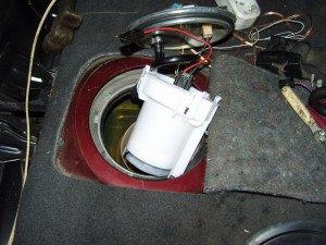 На фото - замена топливного насоса автомобиля, drive2.ru