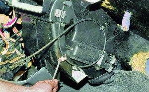 На фото - отсоединение троса отопителя ВАЗ 2115, vaz-autos.ru
