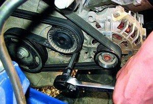 На фото - натяжение ремня генератора автомобиля, gaz3110.ru