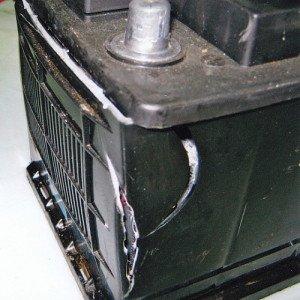 На фото - разрушение корпуса аккумулятора автомобиля, abs-magazine.ru