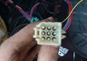 На фото - отсоединение фишек электропитания возле инжектора ВАЗ 21099, drive2.ru