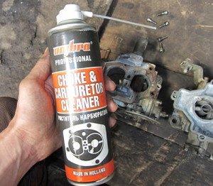 На фото - чистка поплавковой камеры карбюратора ВАЗ 2107, zarulemvaz.ru