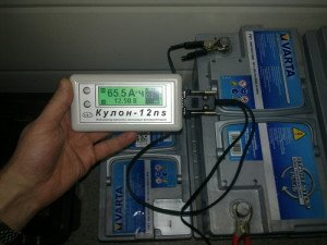 На фото - подсоединение нагрузочной вилки к клеммам аккумулятора, 24auto.ru