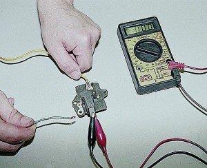 На фото - проверка регулятора напряжения генератора ВАЗ 2107, auto-knigi.com